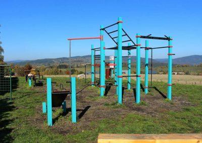 Workoutové hřiště, za fotbalovým hřištěm - postavilo město Vysoké nad Jizerou